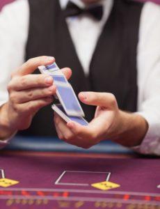 Živý krupiér v online blackjacku